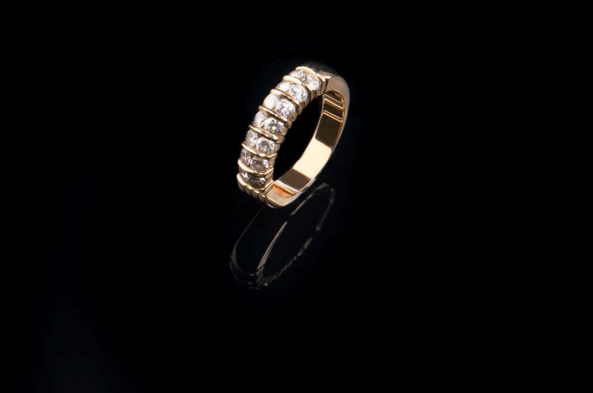 Professional polishing makes the old jewelry new in no time.